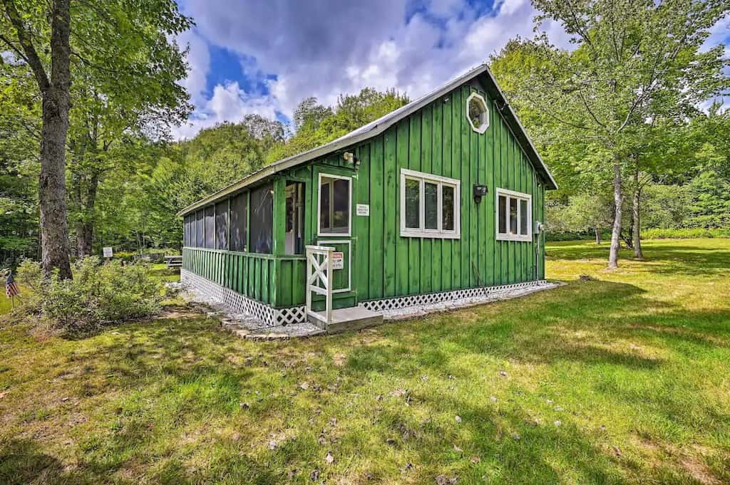 A bright green cabin in Vermont for rent on Airbnb. Photo source: Airbnb