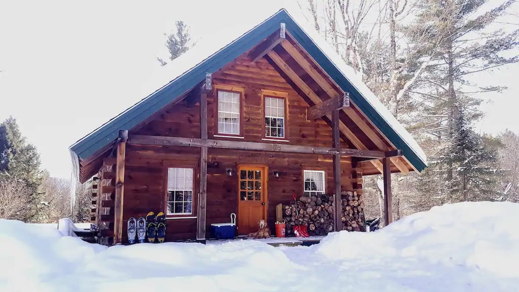 A cozy Vermont cabin surrounded by snow. Photo source: Airbnb