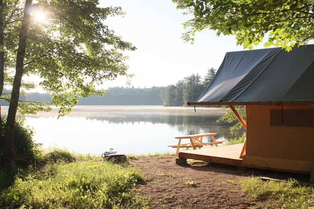 A small tent cabin on the shores of a lake in New Hampshire. Photo source: Huttopia