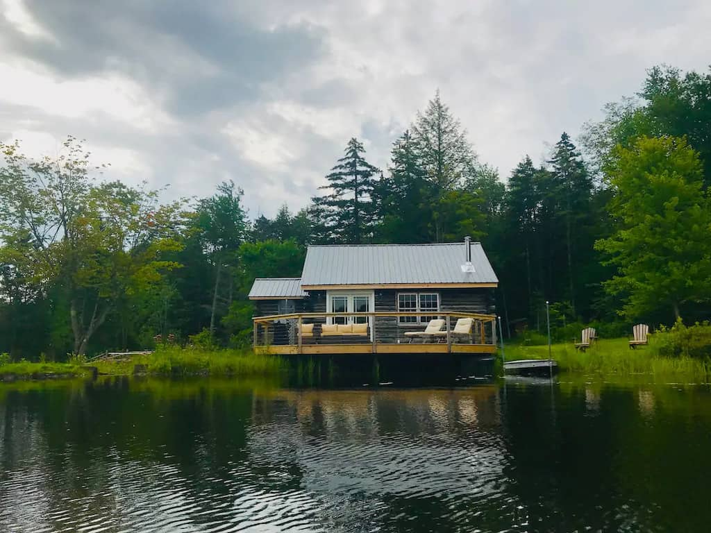 A romantic Vermont cabin on the edge of a lake. Photo source: Airbnb