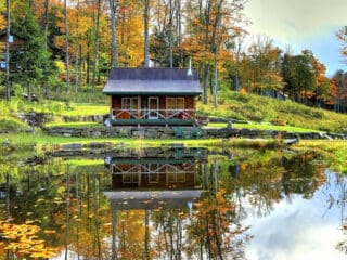 A pet-friendly glamping cabin on a lake in Vermont. Photo source: VRBO