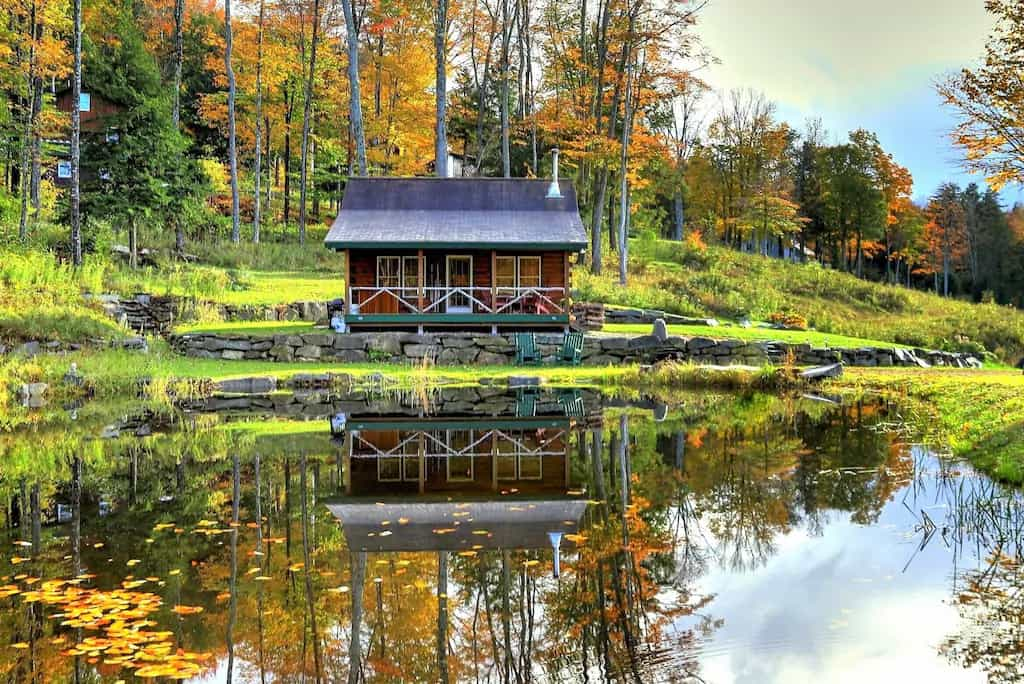 A small rustic cabin on a pond in Londonderry, Vermont. Photo source: VRBO.