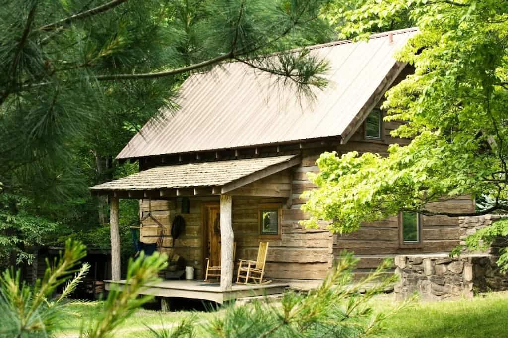 A log cabin you can rent for a North Carolina glamping trip on the Blue Ridge Parkway. Photo credit: VRBO